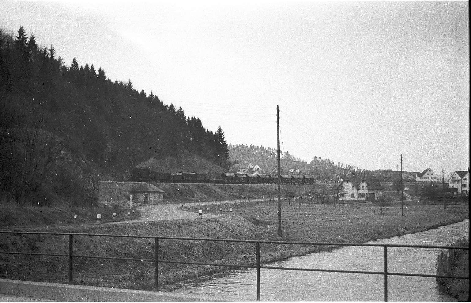 Lok 15 bei Veringendorf, um 1890 war die Lauchertbrücke im Vordergrund noch aus Eichenholz, Bild 1