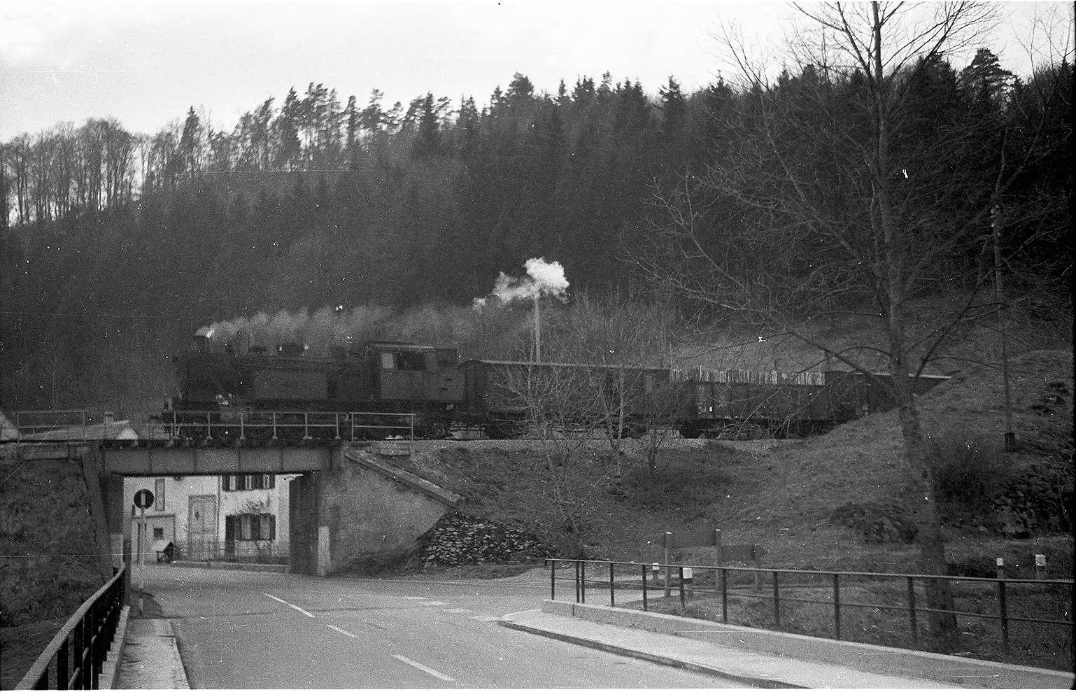 Lok 15 bei Veringendorf, bis 1971 ging die Bundesstraße 32 noch mitten durch Veringendorf, Bild 1