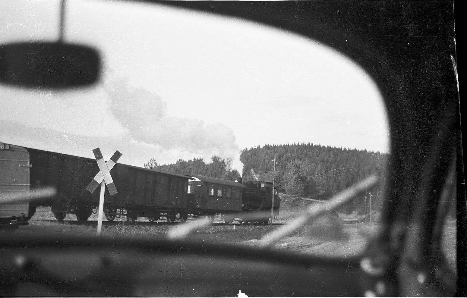 Bahnübergang hinter Trochtelfingen Richtung Hasental, Blick aus einem Auto, Bild 1