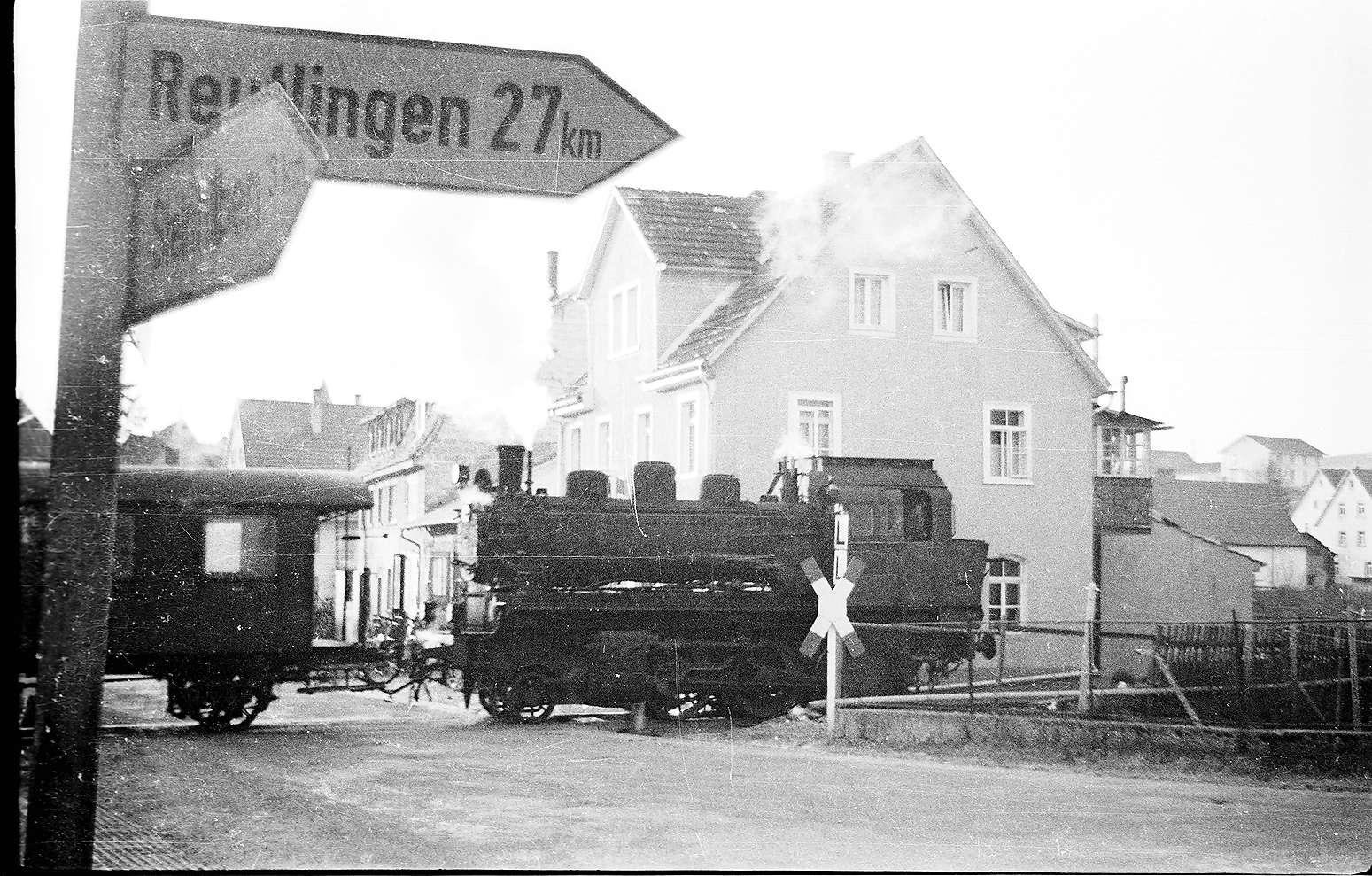 Dampflok 141, Trochtelfingen, bei Fahrrad Fischer; Foto veröffentlicht im Bildband Trochtelfingen, Geiger-Verlag Horb 1985, Bild 1