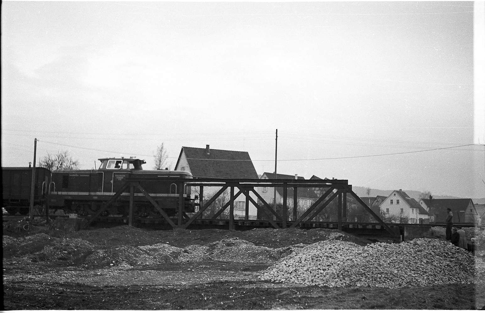Brücke in Rangendingen, G(St) 304 W, Diesellok V 81 von 1957; im Rahmen der Regulierung der Starzel wurden zwei Eisenfachwerkbrücken von 1912 entfernt, Bild 1