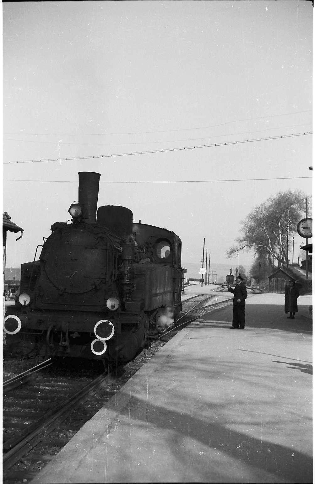 Lz 404, Landesbahnhof Hechingen; Fahrdienstleiter Merkle gibt mit der Kelle den Abfuhrauftrag, Bild 1