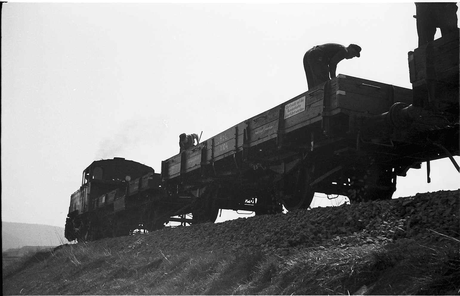 Lok 16, Az 405 Baustelle Rangendingen, alte Niederbordwagen mit Holzaufbau, genannt X-Wagen, benutzt bis 1975, dann stärkere K-Wagen altgebraucht erworben, Bild 1