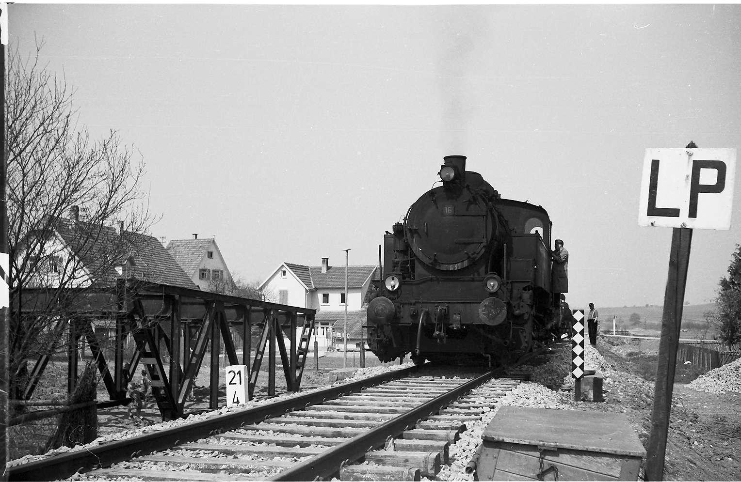 Lok 16, Az 405 Baustelle Rangendingen; links die durch die Starzel-Regulierung entbehrlich gewordene Eisenfachwerkbrücke von 1912, rechts Schild LP (Läuten und Pfeifen), Bild 1