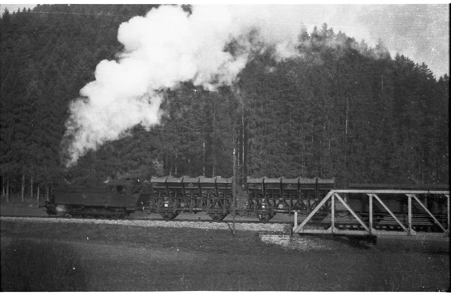 Lok 21, G(St) 305, Strecke Eyach - Mühringen, zwei leere Fz-Muldenkipper für das Salzwerk Stetten bei Haigerloch bestimmt, Bild 1