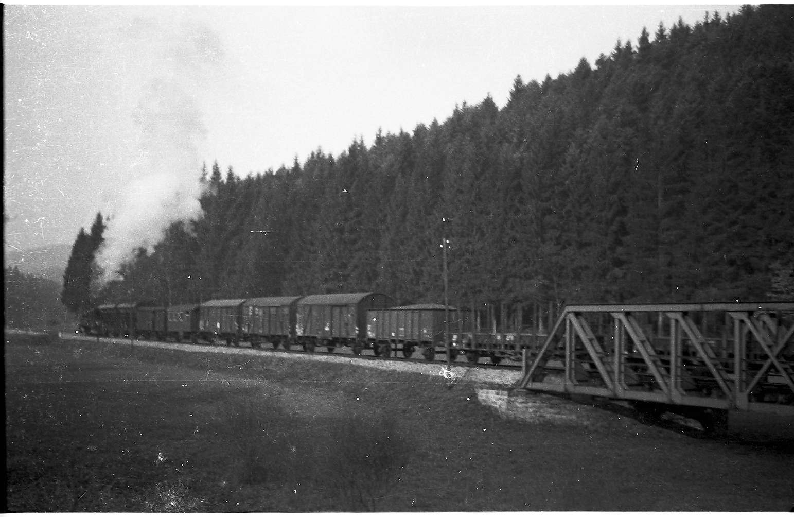 Lok 21, G(St) 305 bei Eyach, 1962 liefen verschiedene Güterwagen mit, gedeckte und offene Knüppelwagen für das Hüttenwerk Laucherthal, Bild 1