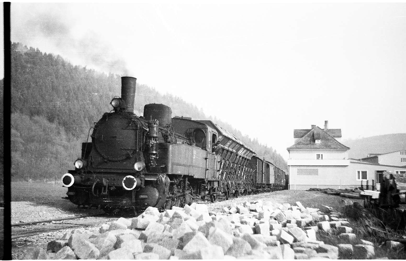 Lok 21, G(St) 305, Bahnhof Bad Imnau, die Betriebsgebäude des Imnauer Apollo-Sprudels wurden immer größer, 2009 von Stilllegung bedroht, Bild 1