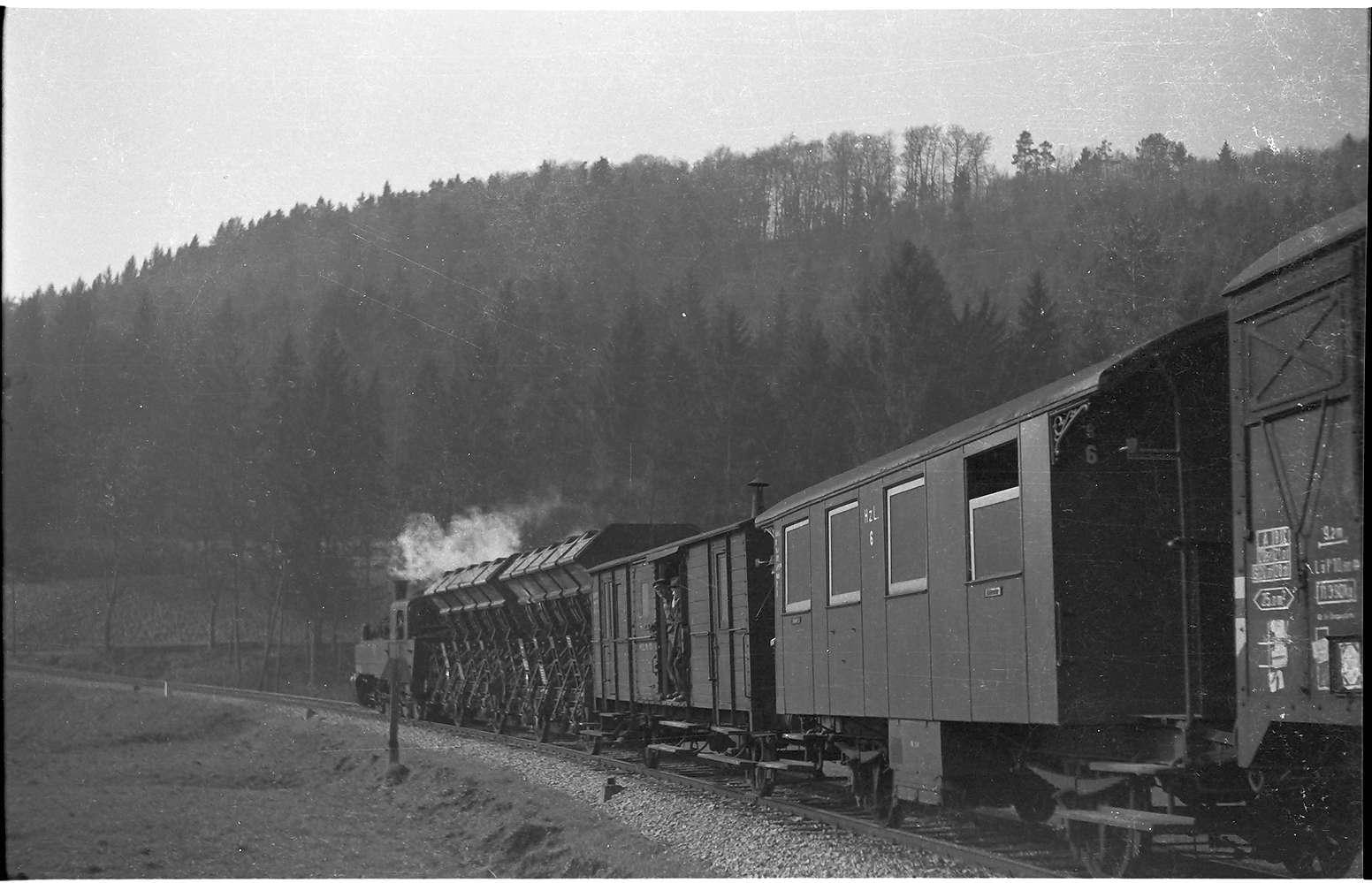 Lok 21, G(St) 305, Packwagen mit Holzaufbau, Ausfahrt Bad Imnau, Personenwagen Nr. 6, modernisiert mit WEBASTO-Heizung, erbaut 1901, 2009 als Museumsfahrzeug betriebsfähig, Bild 1