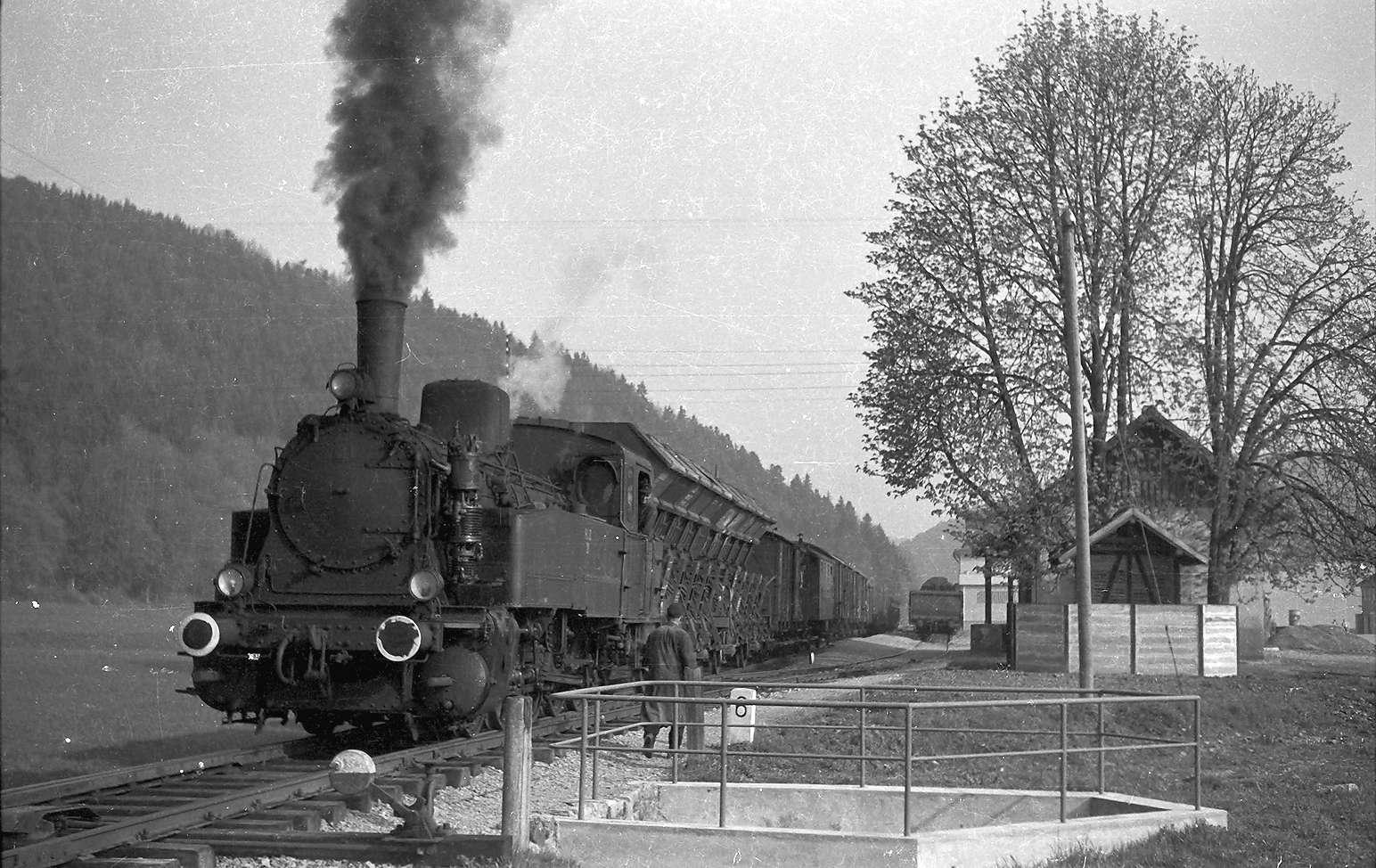 Lok 21, G(St) 305, Bahnhof Bad Imnau, erbaut 1901, Abbruch 1987, zeitweise Bahnhofsgaststätte; eines der letzten Aborthäuschen; Bremser Georg Schmid (1929 - 2002) aus Hart, bei der Landesbahn 1954 - 1989 beschäftigt, Bild 1