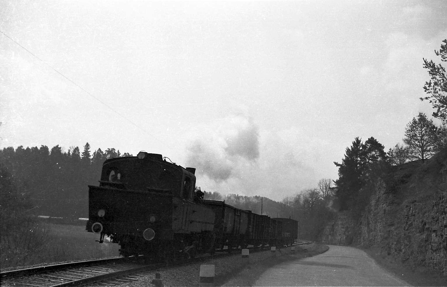 Lok 21, Güterzug 300, Strecke Stetten bei Haigerloch - Haigerloch, seit 1979 ist die Straße daneben ein viel befahrener Autobahnzubringer, Bild 1