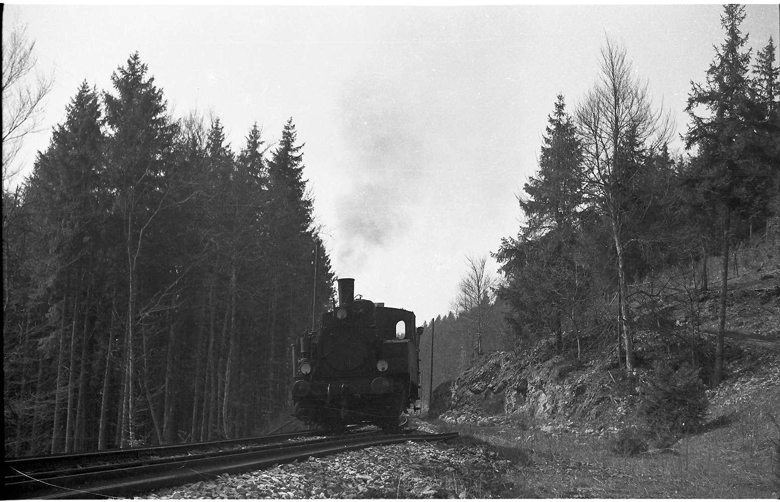 """Lok 12, Strecke Gammertingen - Neufra beim aufgelassenen Steinbruch """"Waldhof"""", der um 1932 voll in Betrieb war, Bild 1"""