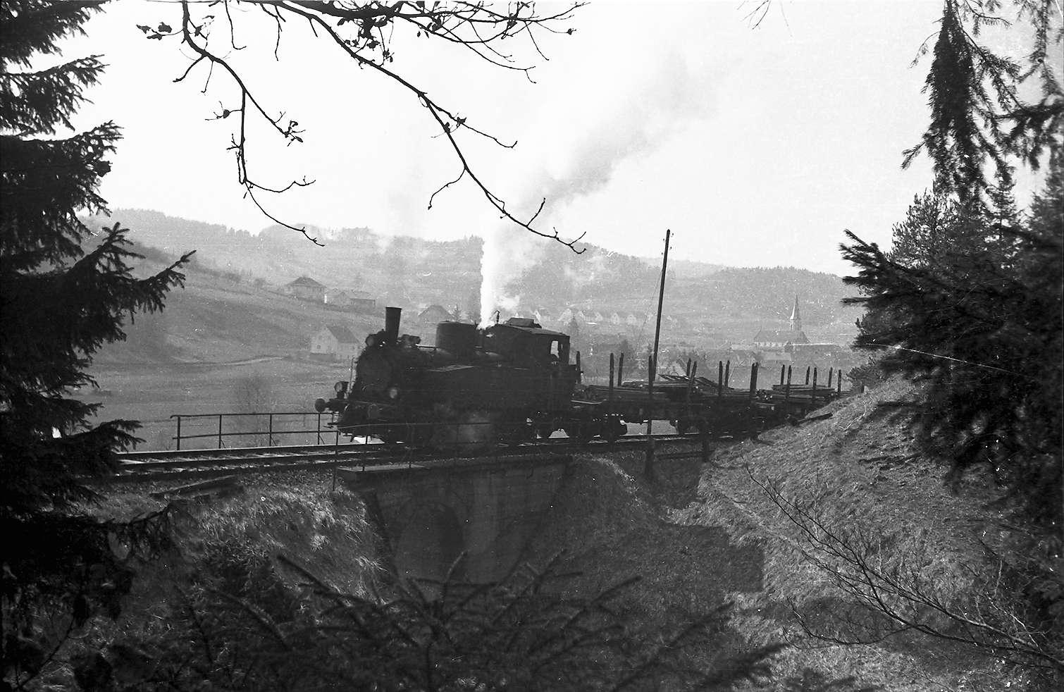 """Lok 12, Strecke Gammertingen - Neufra, das Sicherheitsventil bläst ab, Lok 12, auch genannt """"Gölsdorf""""-Maschine wegen der Seitenverschieblichkeit der Achsen, Bild 1"""