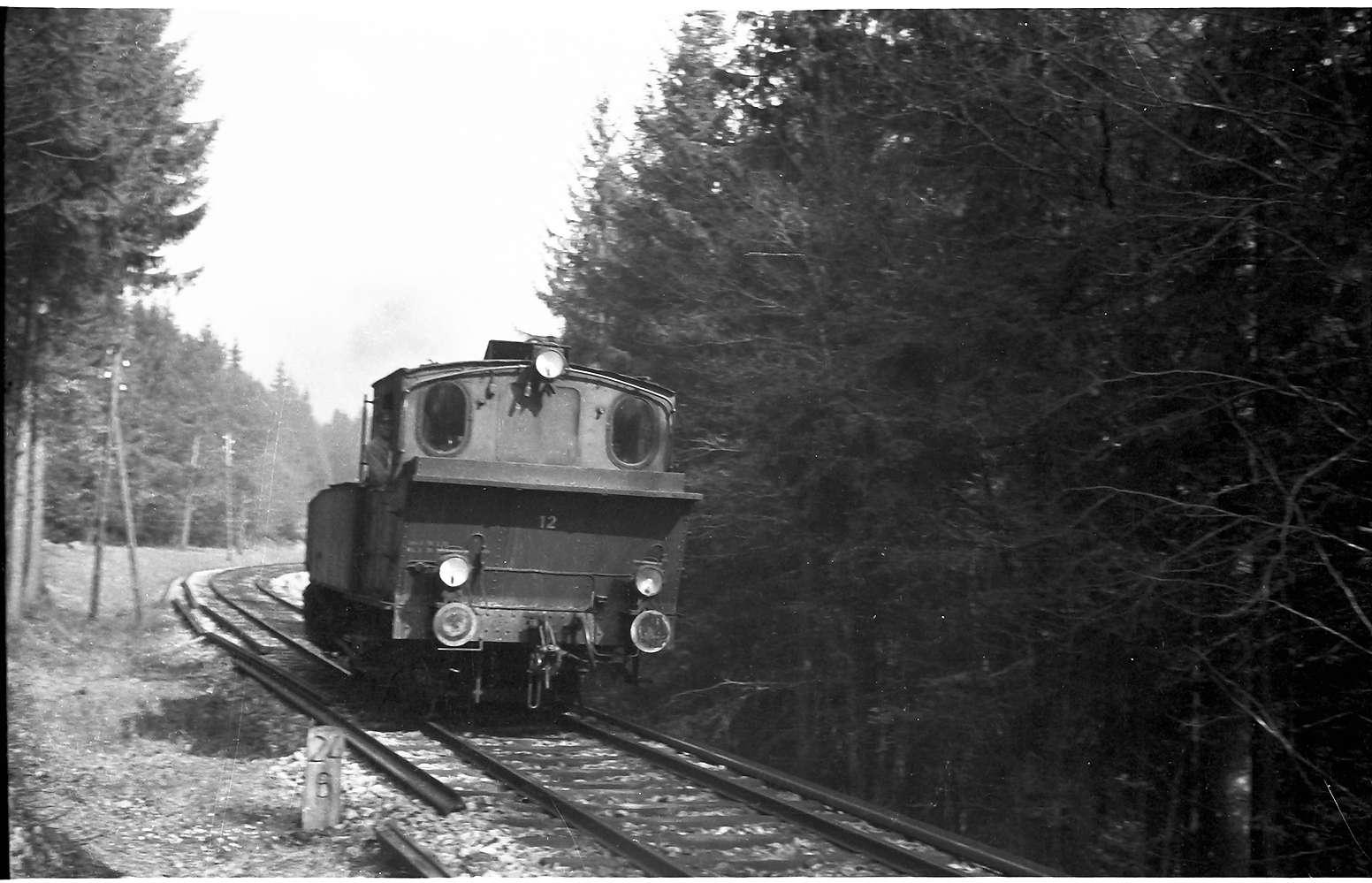 Lok 12, Strecke Gammertingen - Neufra, Lok 12 holt in einer zweiten Fahrt einen einzelnen Rungenwagen, beladen mit Halbzeugen, abgestellt am Bahnhof Neufra, Bild 1