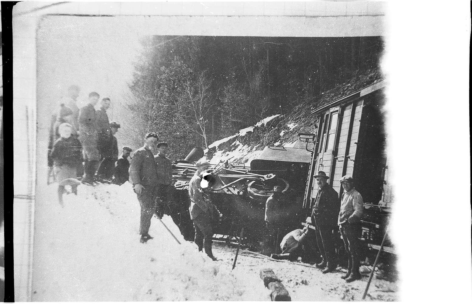 """Unfall Trochtelfingen 1931, mit einer zweiachsigen """"d""""-Maschine, die auf einen Felsbrocken fuhr; veröffentlicht im Bildband Trochtelfingen 1985, Geiger-Verlag Horb, Bild 1"""