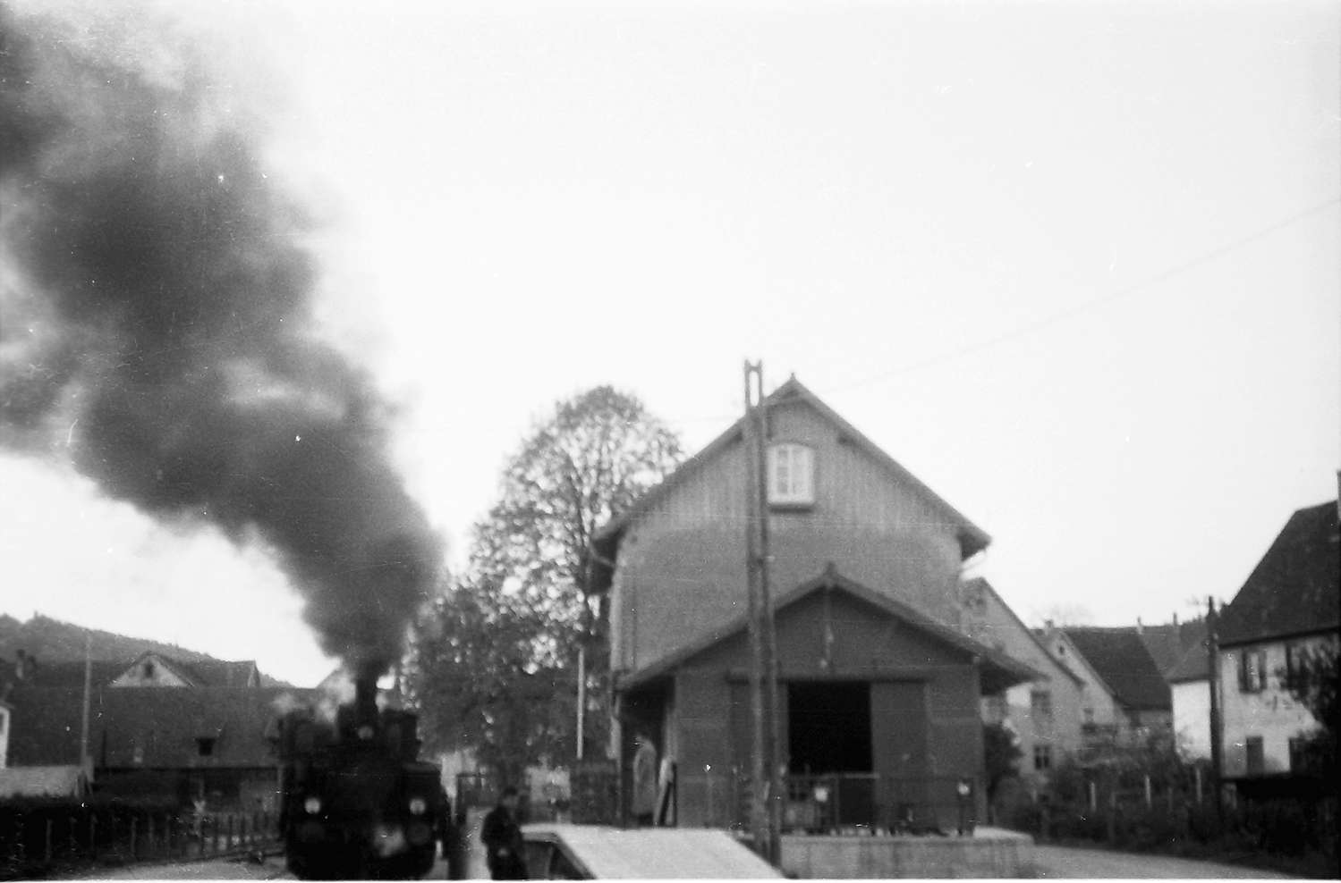 Lok 12, 54/55, Rangieren am Trochtelfinger Lagerhaus (Bahnhof), rechts Haus am Karrenweg (Abbruch 1986), Bahnagent war Herr Kabel, der Güterschuppen wurde zur Garage umgebaut, Bild 1