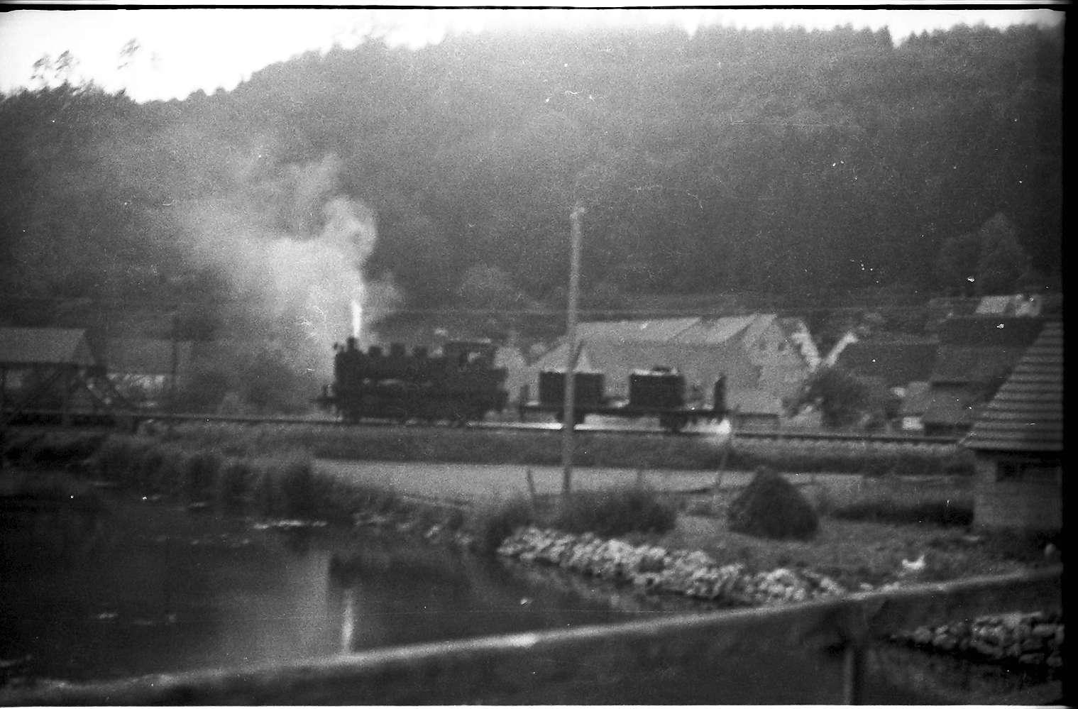 Spritzzug Lok 141, Strecke Veringenstadt - Hermentingen, im Vordergrund Geländer der Holzbrücke, die von 1937 - 1974 bestand, Bild 1