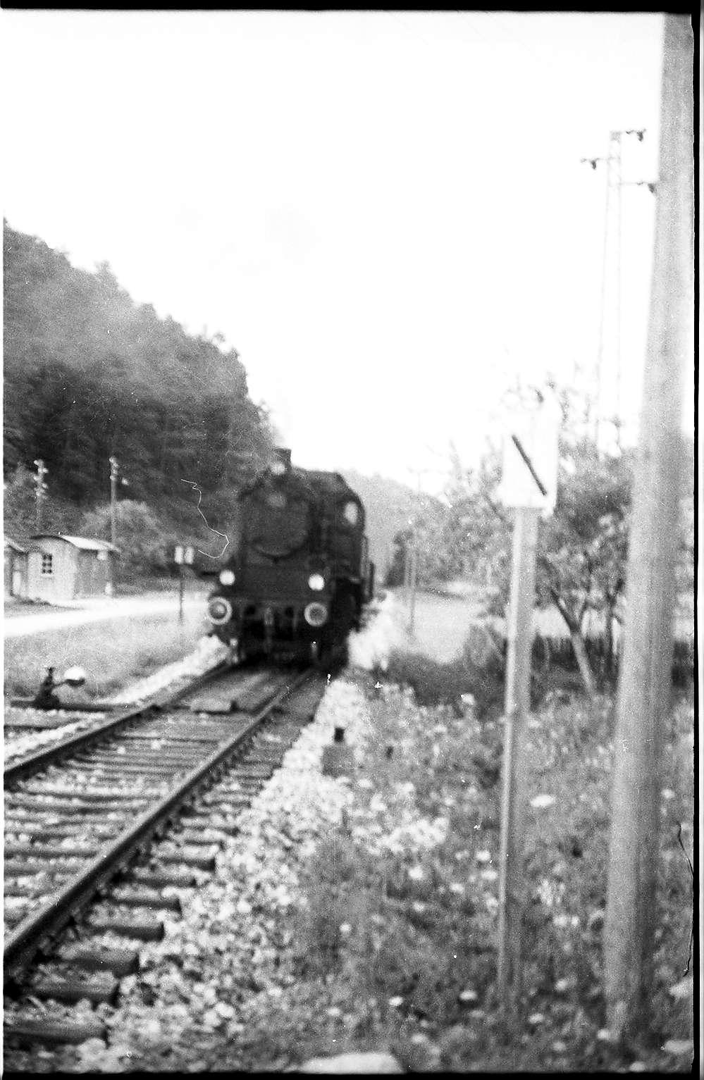 Spritzzug Lok 141, Strecke Veringenstadt - Hermentingen, links Wellblechbude des Bahnhofs Hermentingen, 1908 - 1968 in Benutzung, Bild 1
