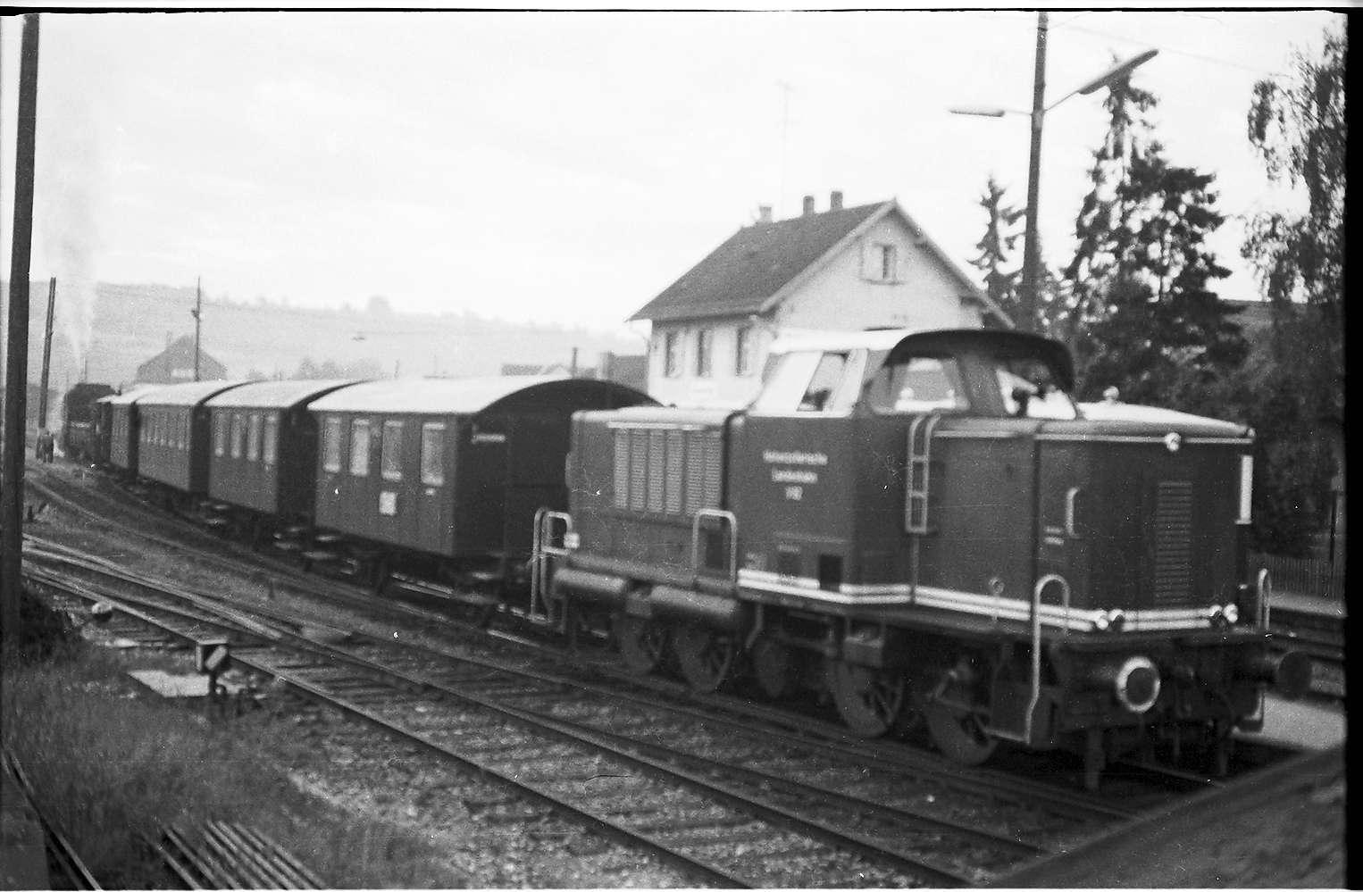 Diesellok V 82, Gammertingen, am Schluss läuft Lok 141 mit bis Burladingen, um den Spritzzug zu fahren, Bild 1