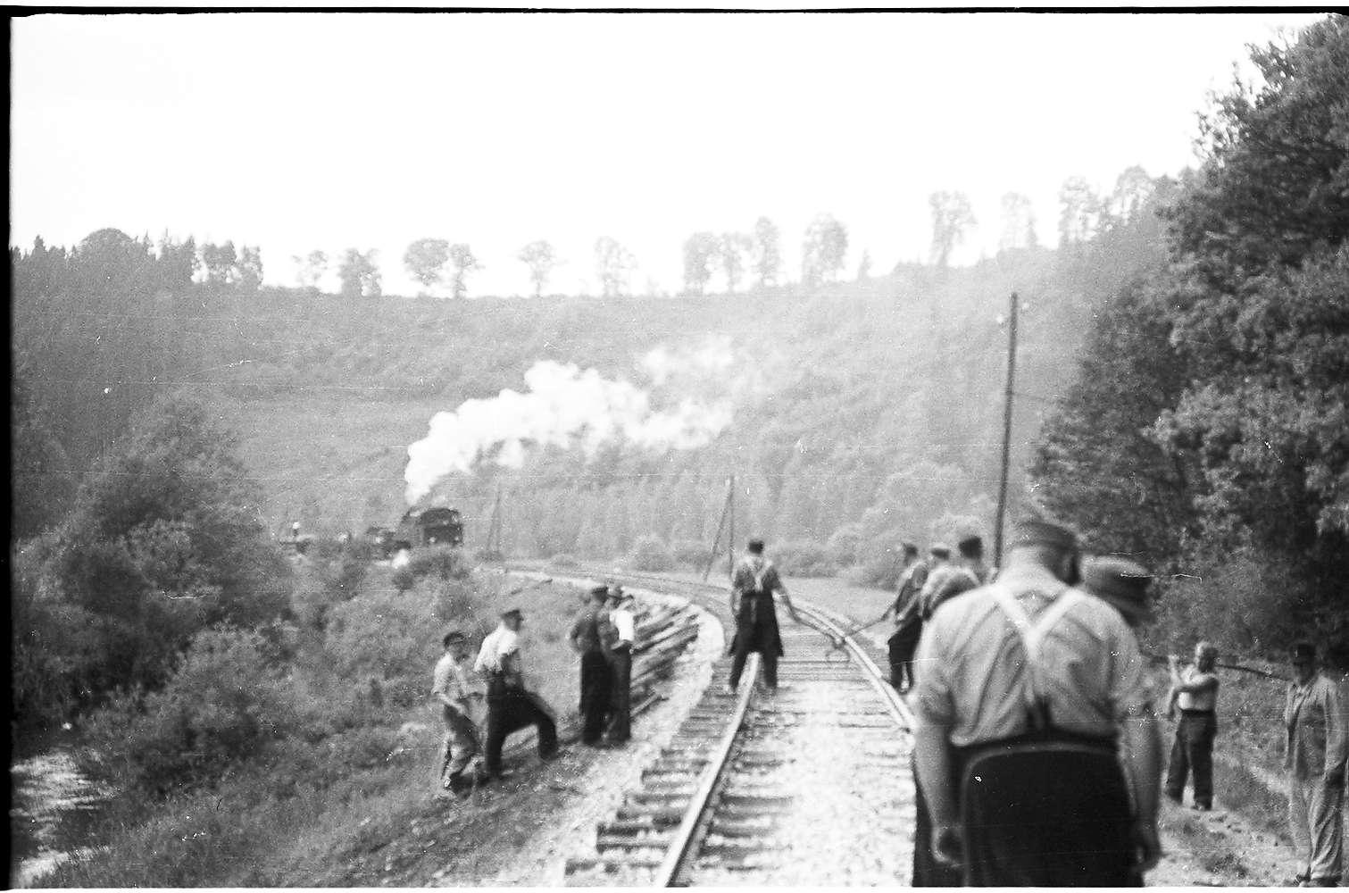 Lok 16, Arbeitszug bei Trillfingen, Schwellenladen, Gleiswerker der Rotte Stetten bei Haigerloch, die zuständig war für die Strecke Rangendingen - Eyach, Bild 1