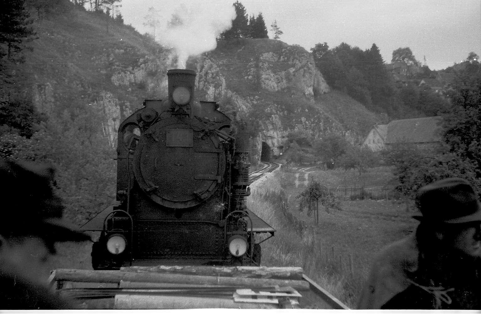 Lok 141, Az 419/20, Veringendorf - Veringenstadt, Arbeitszug; der Tunnel wurde 1908 erbaut, der Straßentunnel parallel 1976, Bild 1