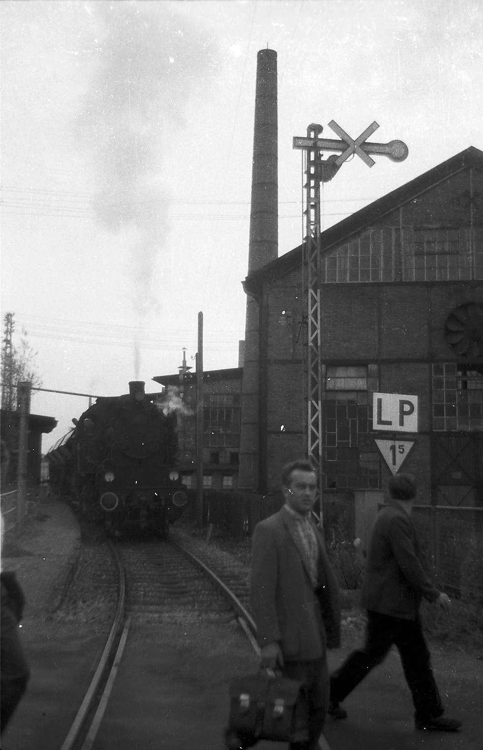 Durchfahrt Hüttenwerk Laucherthal; Kamine, Einfahrtssignal ungültig gemacht sowie LP-Tafel gibt es nicht mehr, Presswerk von 1913, renoviert 2003, Bild 1
