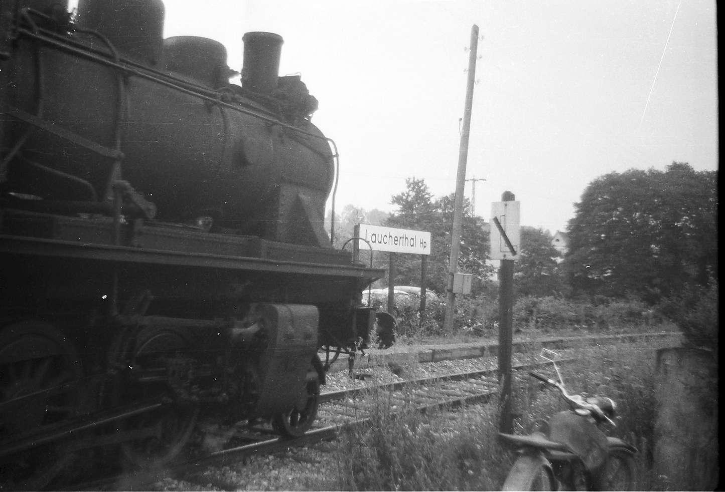 """Haltepunkt Laucherthal, hier stand bis 1950 ein Haltestellenhäuschen aus Fachwerk, Tafel """"Läuten einstellen"""", Bild 1"""