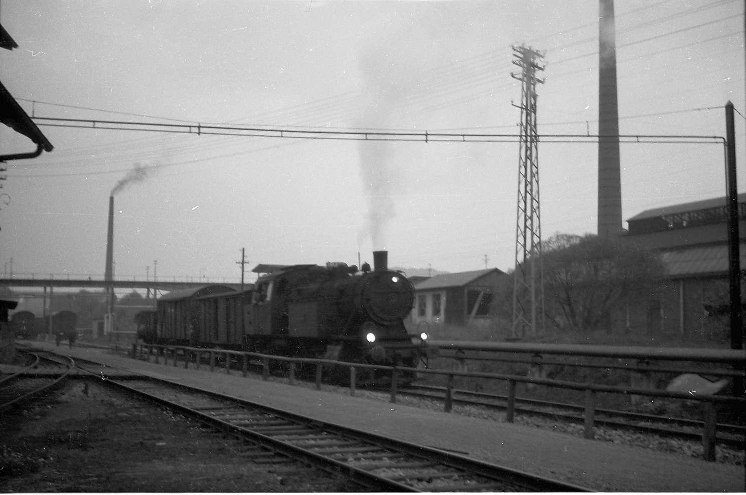 Lok 15 im Hüttenwerk Laucherthal, dieses hat 1962 noch viele Kamine, die bei der Sanierung 1997 beseitigt wurden, Bild 1