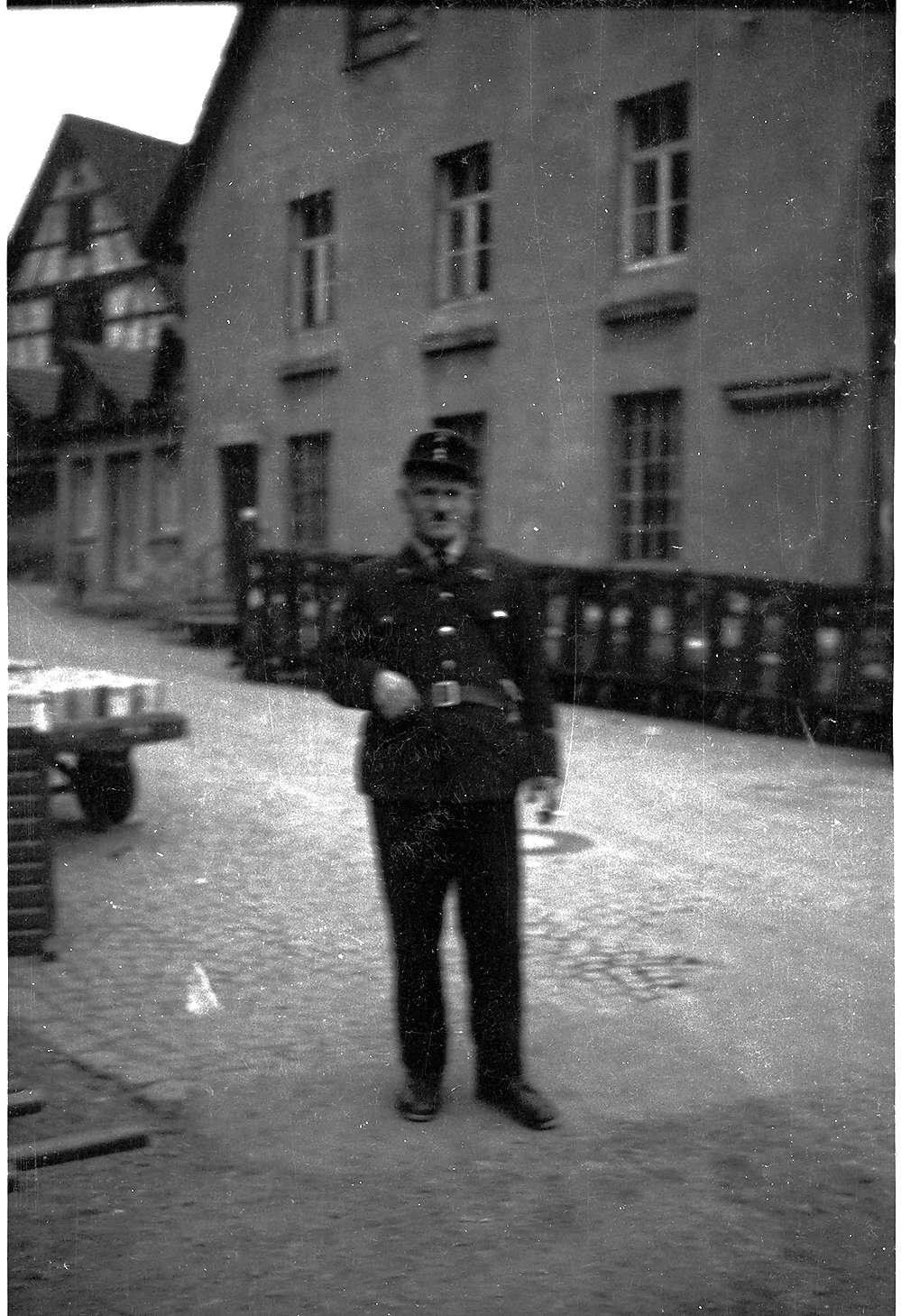 Werkschutzmann Anton Schneck, Laucherthal, links hinten ein frühindustrieller Fachwerkbau von 1704, beseitigt um 1975, Bild 1