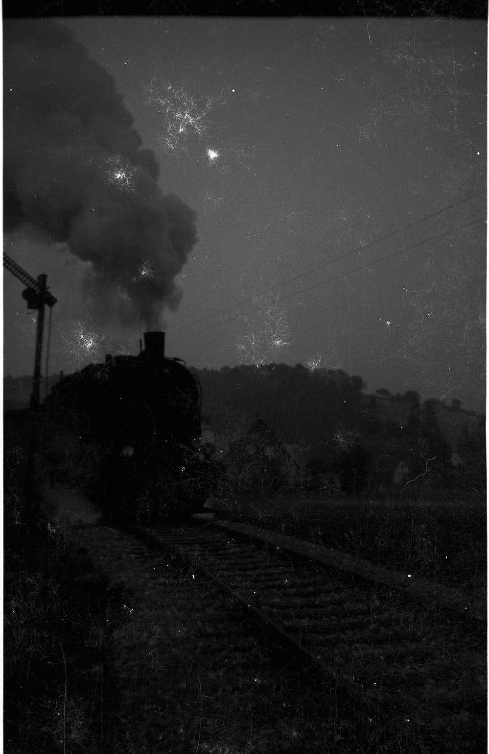 """Lok 15, 313, Sigmaringendorf, altes Einfahrtssignal in der Abenddämmerung """"Halt"""" zeigend, Bild 1"""