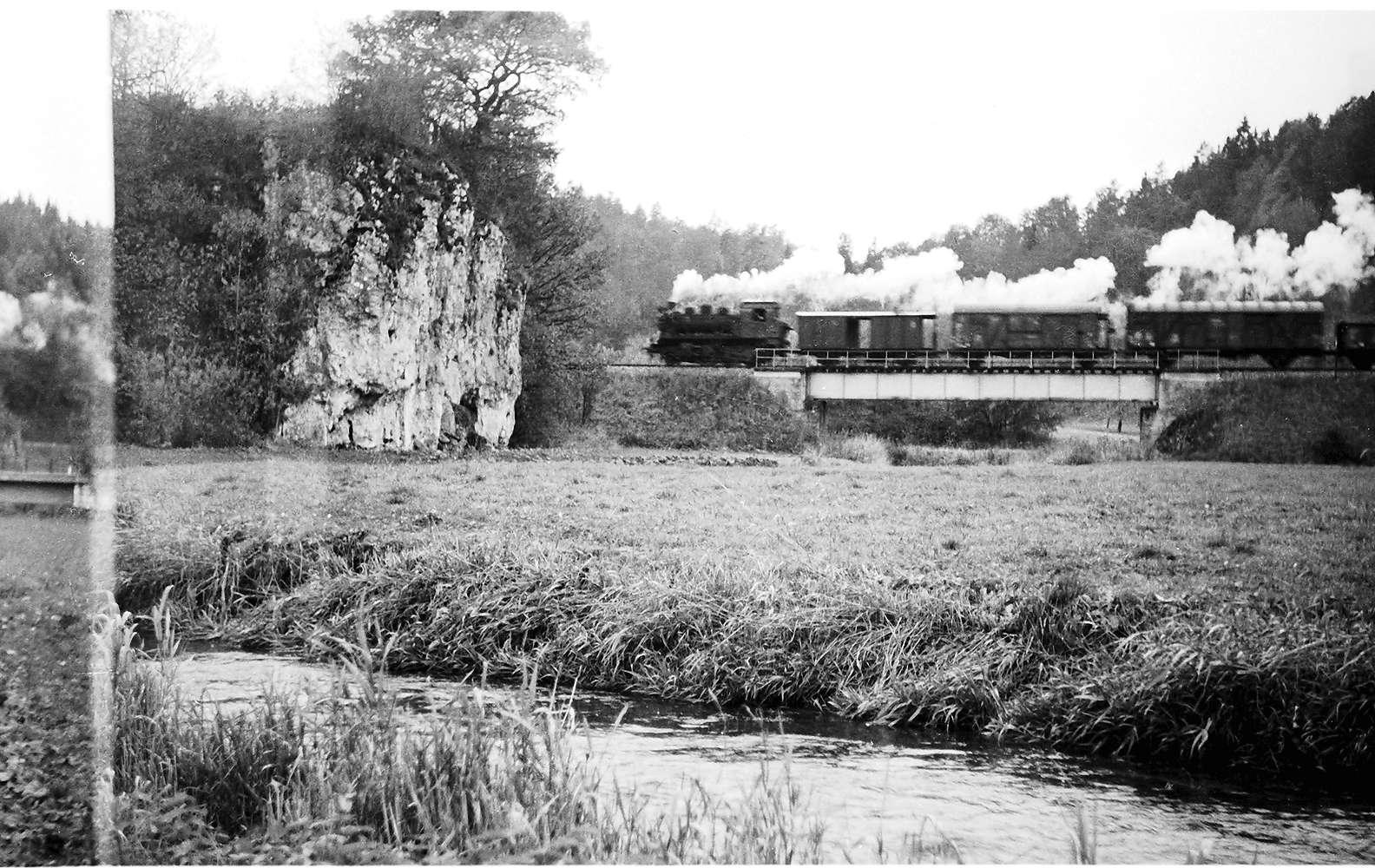 Lok 141 mit Packwagen, Brücke bei Veringendorf, Bild 1