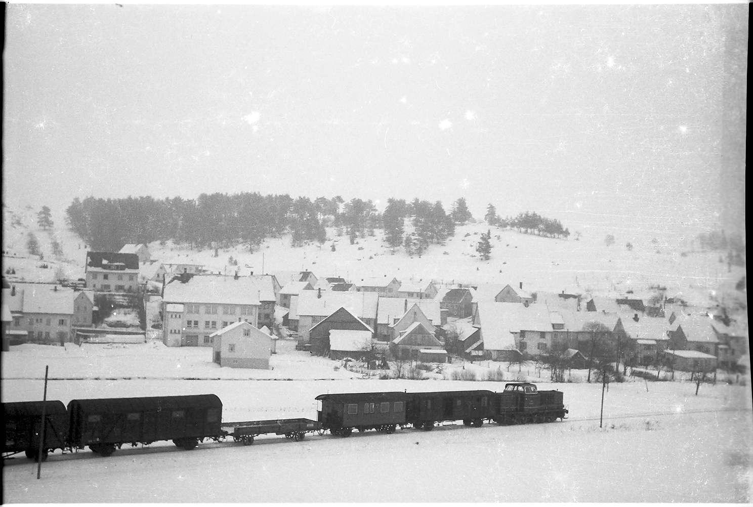 Blaue Diesellok V 500, Güterzug G(St) 305 W, Neufra; das Wiesental der Fehla wurde ab 1970 bebaut, Bild 1