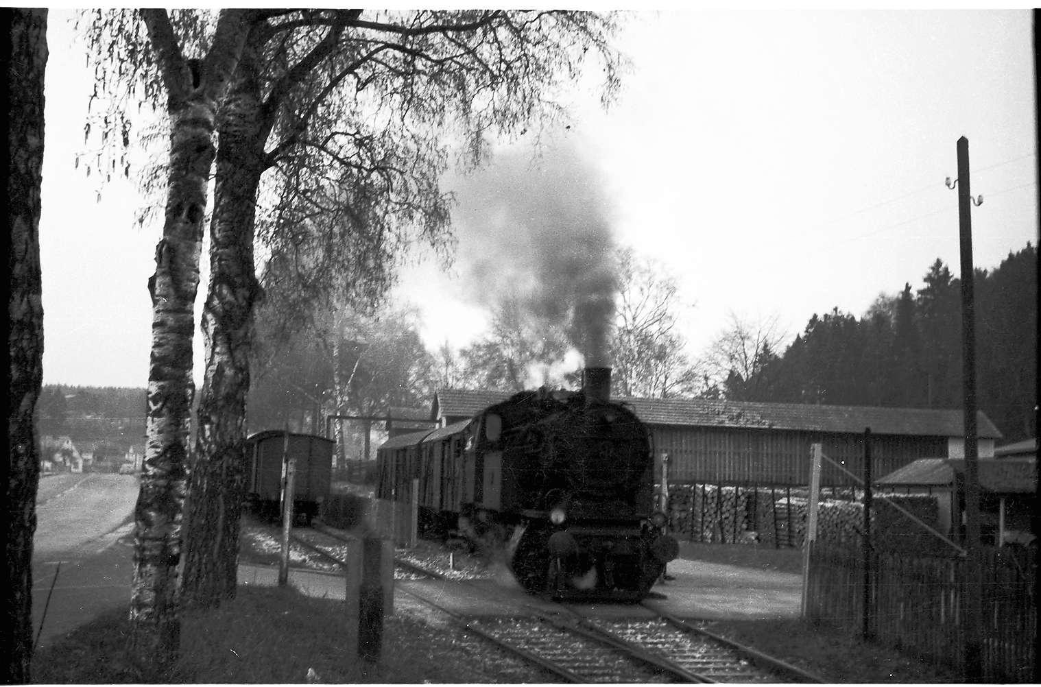 Lok 15, Güterzug 313, Strecke Laucherthal - Sigmaringendorf, Güterwagen einstellen vom Gleisanschluss Siegfried Schaal, den es 2009 nicht mehr gibt, Bild 1