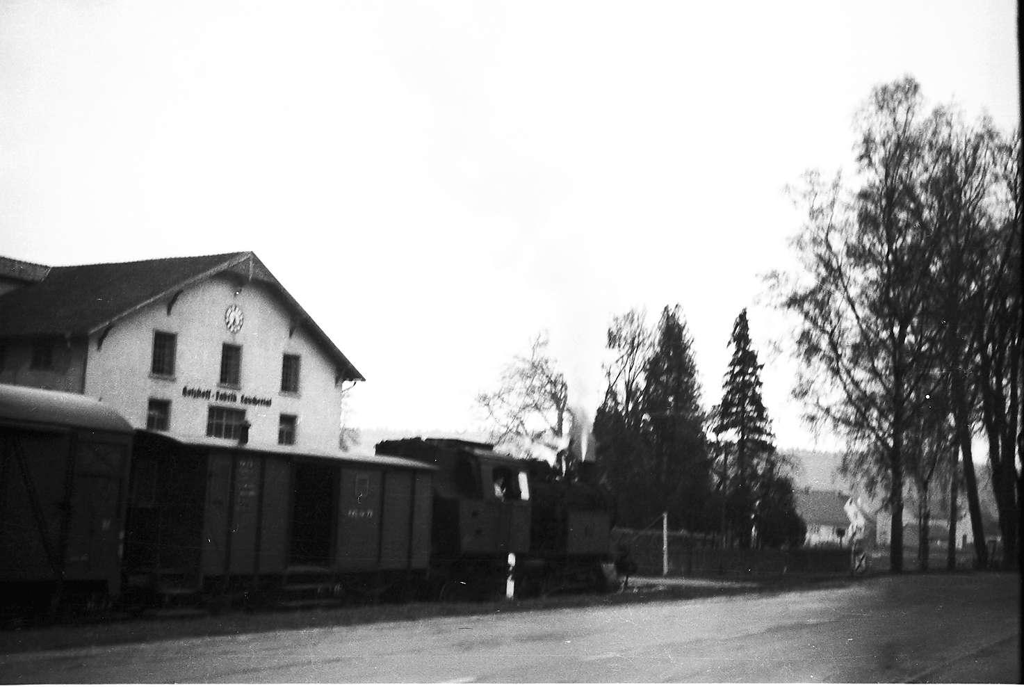 Lok 15, Güterzug 313, Strecke Laucherthal - Sigmaringendorf, Industriegebäude Schaal mit Schwebegiebel, 2009 noch modernisiert vorhanden, Bild 1