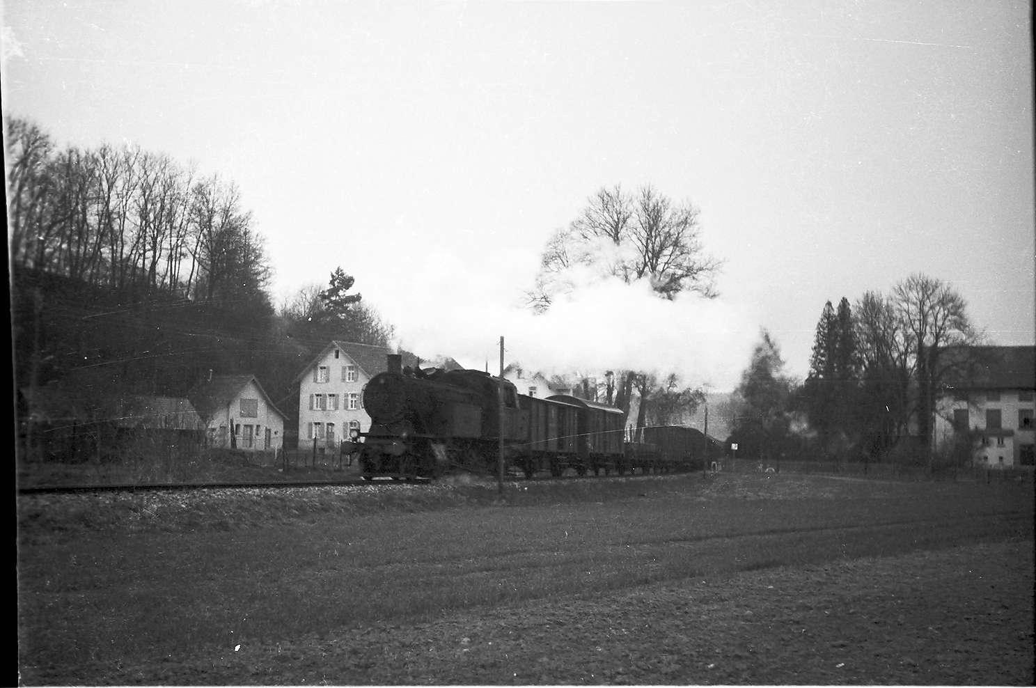 Lok 15, Güterzug 313, Strecke Laucherthal - Sigmaringendorf, 2009 ist im Vordergrund alles bebaut, Bild 1