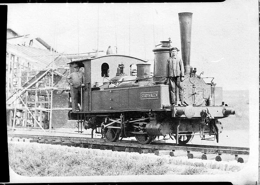"""Lok """"Stadthagen"""" bei Gammertingen, vorne Otto Götz (1889 - 1975), später Lokführer, Lokwerkstatt im Bau, Abbruch 2000, Bild 1"""