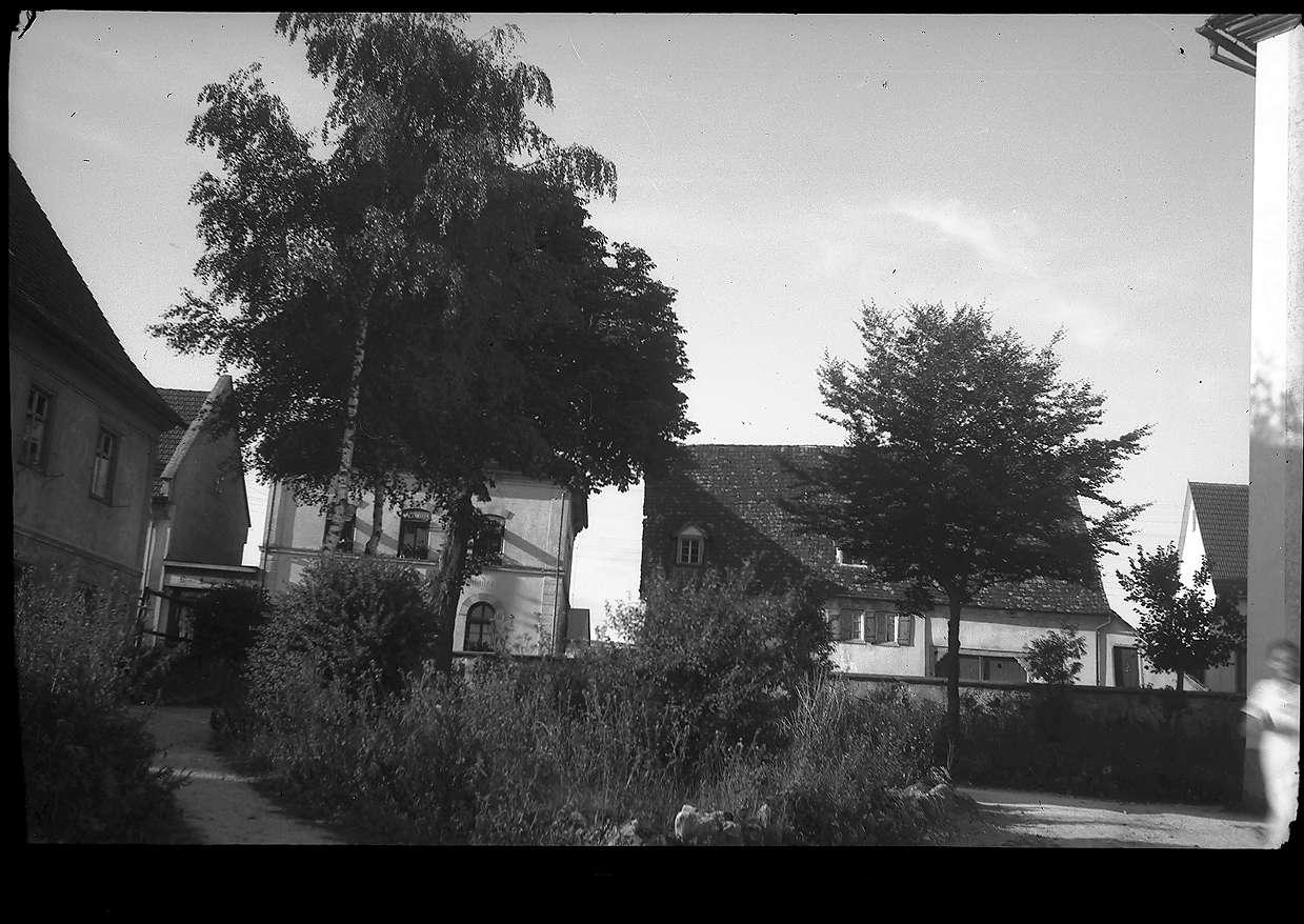 Pfarrgarten, Sigmaringer Straße 25 und 27 in Gammertingen, Nr. 27 erbaut um 1700, Abbruch 1953, Laden Mey 1955 - 1988, rückwärtiger Neubau 1979, Foto: Flora Bader, Bild 1