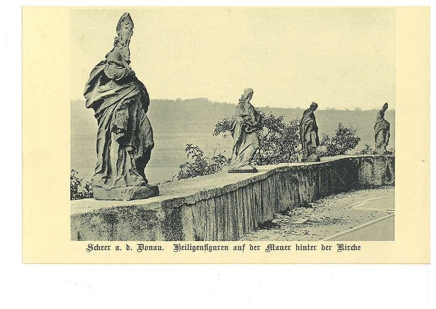 Heiligenfiguren auf der Mauer hinter der Kirche in Scheer an der Donau, Bild 1
