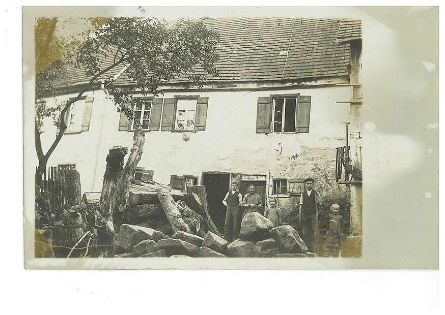 Haus in Rangendingen [vermutlich mit Abbildung der Familie des Vetters Lorenz von Robert Arnaud], Bild 1