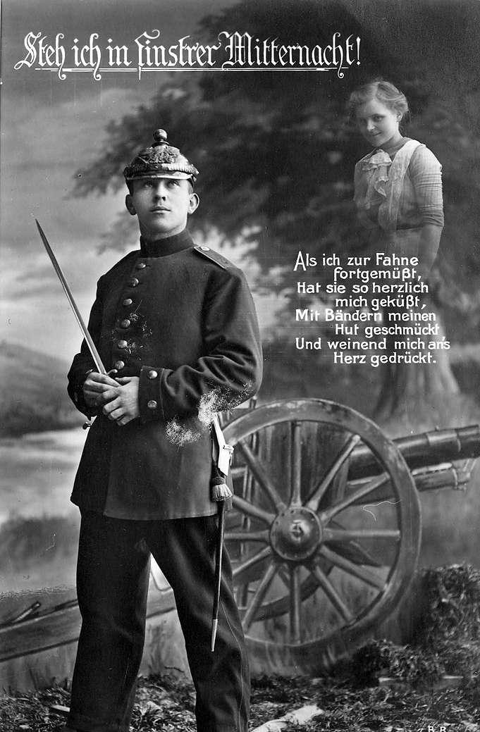"""""""Steh ich in finstrer Mitternacht! Als ich zur Fahne fortgemüßt, Hat sie so herzlich mich geküßt, Mit Bändern meinen Hut geschmückt, Und weinend mich ans Herz gedrückt."""" Soldat, der gen Himmel schaut; überhalb seines Kopfes ist eine lächelnde Frau angedeutet. Feldpost vom 08.08.1915 an Babette Müller, Ellerstadt, aus Rastatt von ihrem Bruder Jakob Müller, Musketier, II. Rekruten-Depot, I. Ersatz-Bataillon, Infanterie-Regiment 111, Rastatt, Bild 1"""