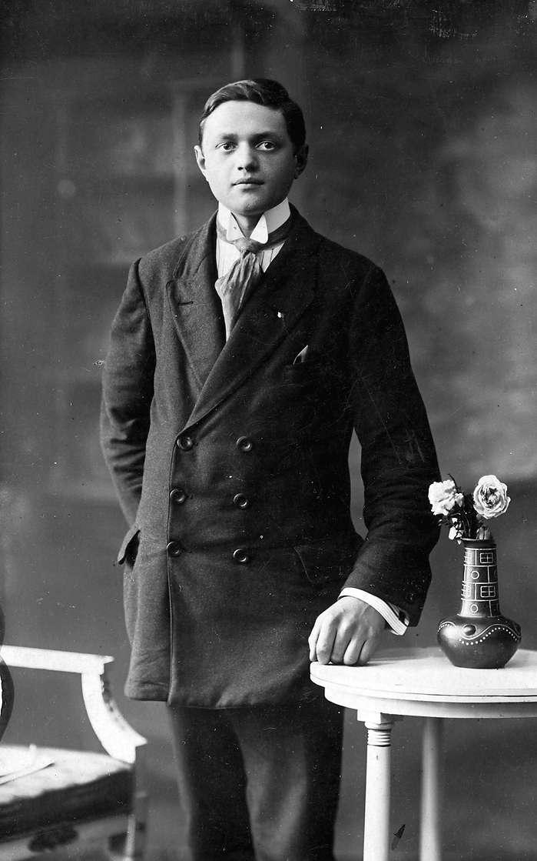 Porträt eines jungen Mannes, Paul Karch, im Anzug Feldpostkarte vom 24.04.1915 an Infanterist Heinrich Karch, Reserve-Lazarett, Engers am Rhein, aus Ruchheim von seinem Bruder Paul Karch, Bild 1